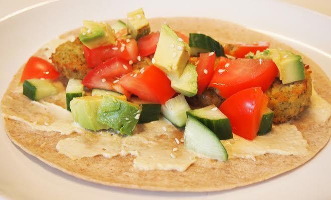 Heb je zin in een simpel gerecht, maar geen zin om te koken? Deze volkoren wrap met humus, falafel en avocado zijn lekker tijdens lunch of avondeten.