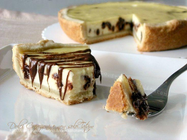 Crostata di ricotta e gocce di cioccolato: uno scrigno di fragrante pasta brisè, preparata in casa, racchiude un cuore di morbida e cremosa crema di ricotta