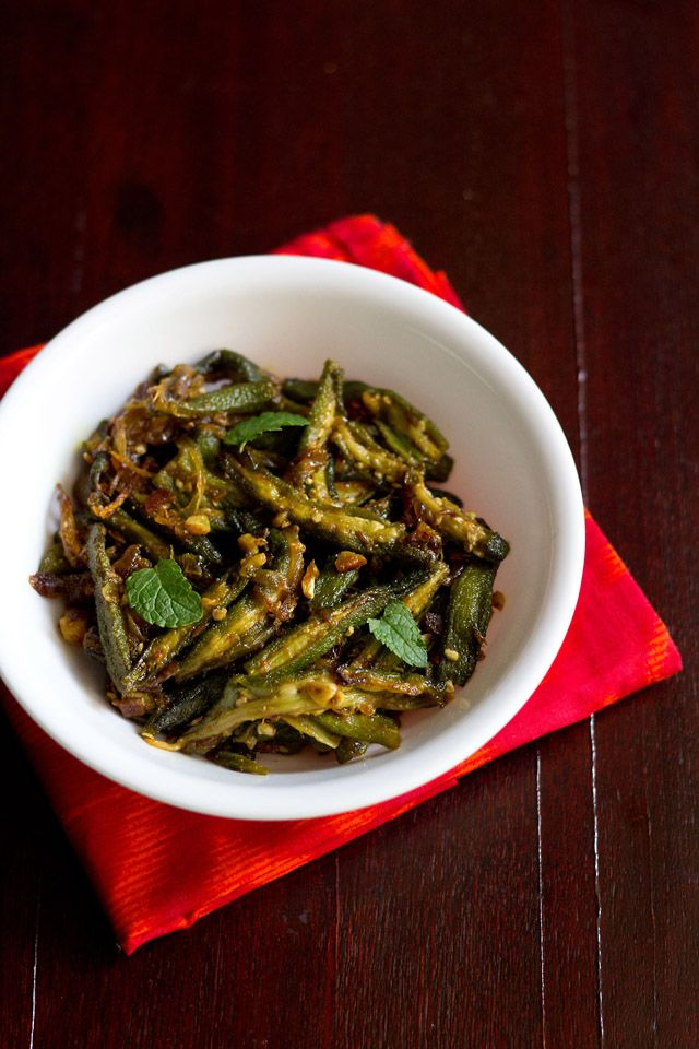 lahsuni bhindi - okra flavored with garlic and spiced with indian spices. an easy and spicy okra dry curry recipe. #bhindi #okra #indianrecipes #indianfood #vegetarian
