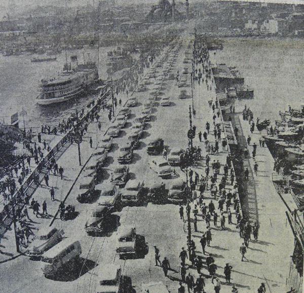 Tramvay seferlerinin kaldırılmasından sonra #GalataKöprüsü trafiği (1956) #istanbul #istanlook