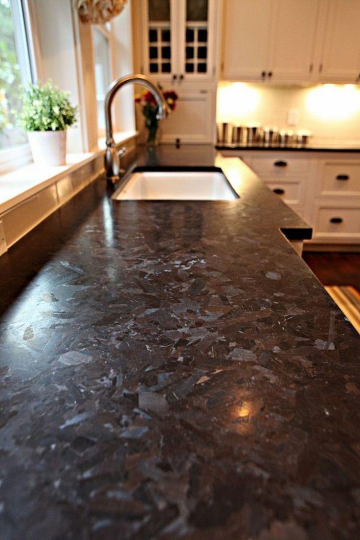 Küchenhalbinsel mit Granitsarbeitsplatte weiße Küchenschränke