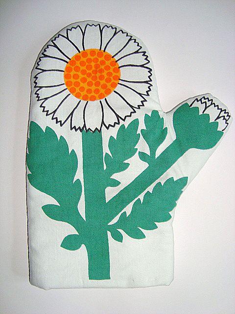 Retro LAURIDS LØNBORG kittle holder/grillvante - 1970s Design: LENA EKLUND. #trendyenser #lauridslønborg #lenaeklund #danishdesign #kittleholder #retrotextil #retrotextile #70s #grillvante From www.TRENDYenser.com. SOLGT/SOLD.