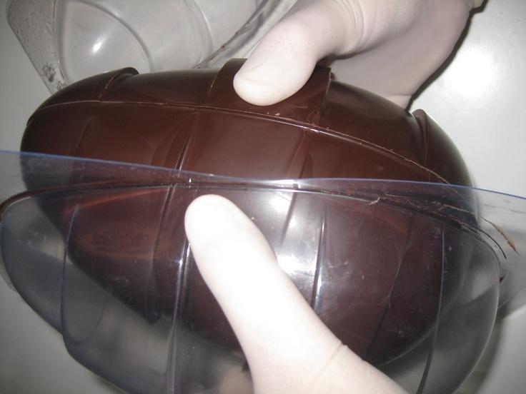 Når ægget har sluppet formen,tag det forsigtigt ud.