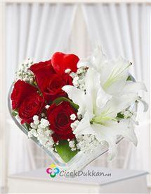 kalp içerisinde aşk lilyum ve kırmızı gül