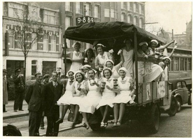 leerlingen van de huishoudschool verkopen versnaperingen voor de collecte van Simavi stationsweg den haag 1938