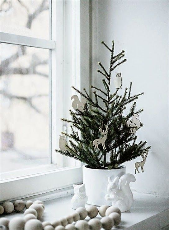 Lee Caroline - A World of Inspiration: Real Foliage For The Holidays - Small Tree Decorating Ideas