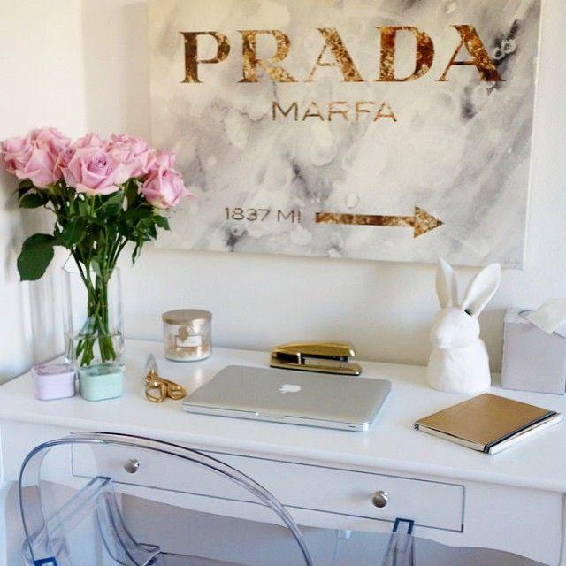 Mesa de trabalho . Branco e dourado na decoração