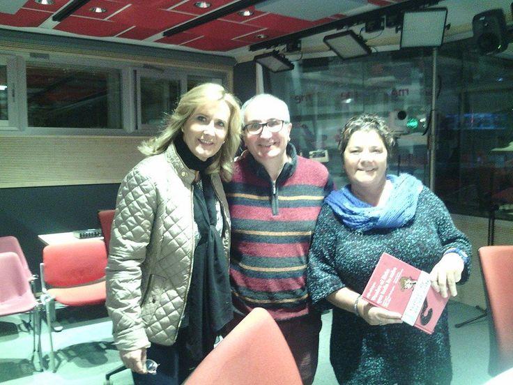 """Pilar Tabares y Nieves Herrero, en el programa La Noche en vela de Radio 1, junto a Alfred López, autor del libro """"Vuelve el listo que todo lo sabe""""  http://latiendadeleemelibros.bigcartel.com/product/vuelve-el-listo-que-todo-lo-sabe"""