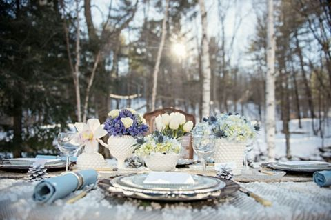 Синий и белый зима Tablescape | Carla Ten Эйк Фото |  Зимний шик - Уютный белый и синий Снежный лес Свадебный