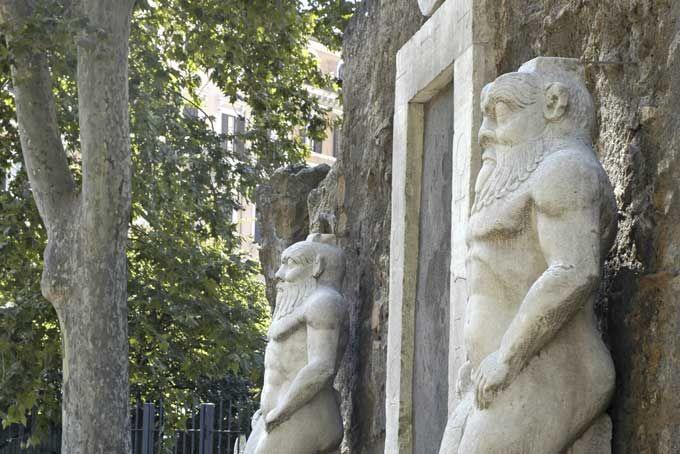 PORTA ALCHEMICA -ROMA.  Una volta, qui sul colle Esquilino, era tutta campagna e il marchese di Pietraforte aveva una residenza con cinque porte. Oggi, qui,c'è piazza Vittorio Emanuelee di quelle porte ne è rimasta una: laPorta Alchemica, anche detta 'Magica', 'Ermetica' o addirittura 'dei Cieli'. La ragione è presto detta: qui, sul finire del 1600, fu ospitato un pellegrino che da questa portascomparì alla ricerca di una fantomatica erba capace di produrre oro. Alle sue spalle si…