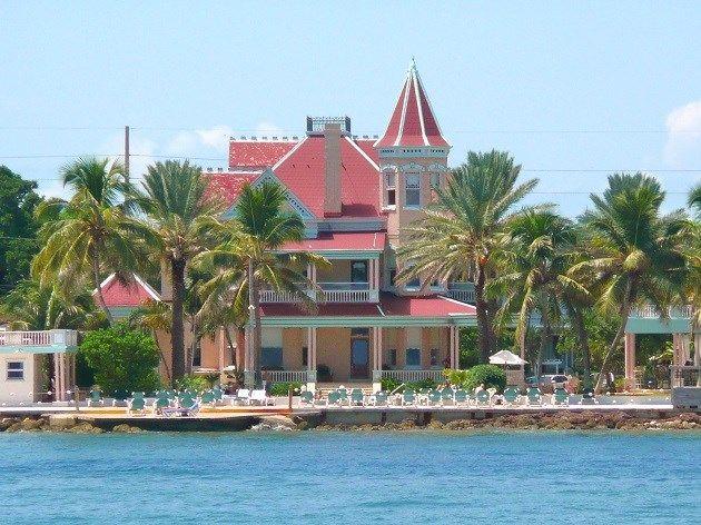 Key West: eiland van de Amerikaanse staat Florida - zonsondergang kijken met een glas rum of cocktail in de hand. De architectuur op het eiland doet aan die van Miami denken.
