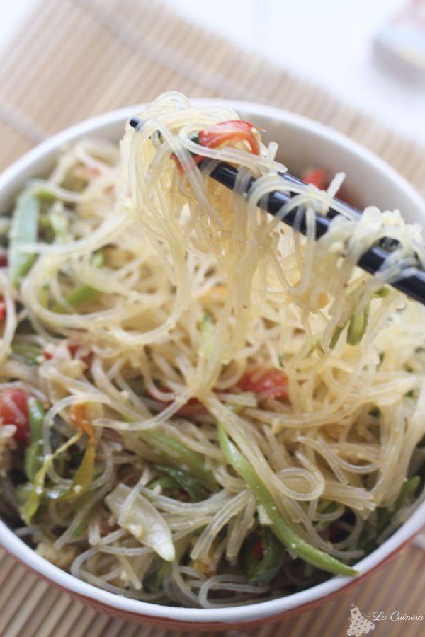wok de verduras y fideos de arroz con salsa teriyaki