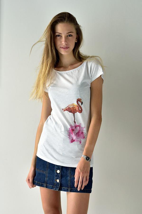 Crazy Flamingo. Una maglietta tutta femminile e un po' folle. Un Fenicottero poligonale su una romantica macchia di acquerello rosa. Un Watercolor degno dei tatuaggi più interessanti del momento. Un animale magico ed elegante su una maglietta preziosa e vivace. Il mondo degli animali poligonali di Sep T-shirt si allarga.  Interamente Made in Italy 100% cotone fiammato, maniche e collo taglio al vivo. SPEDIZIONE GRATUITA IN TUTTA ITALIA