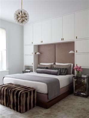 no me gusta este estilo, pero lo pongo por el tipo de mueble en pared-cabecera. Para economizar espacios, sobre todo de guardado!