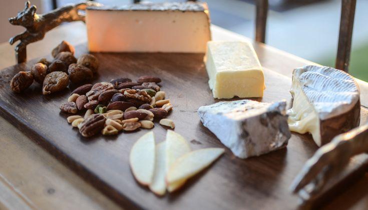 Ένα από τα πιο συνηθισμένα κεράσματα σε μπουφέ, σε αξιοπρεπή δείπνα ή και πιάτο στα πολλά και ενδιαφέροντα πλέον wine bars της Ελλάδας είναι το πλατό τυριών, ως το ιδανικό συνοδευτικό για κρασί. Πώς όμως φτιάχνουμε μια πιατέλα τυριών;