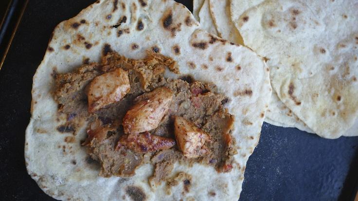Tortilla z pastą z soczewicy i kurczakiem/ tortilla with paste of lentils and chicken