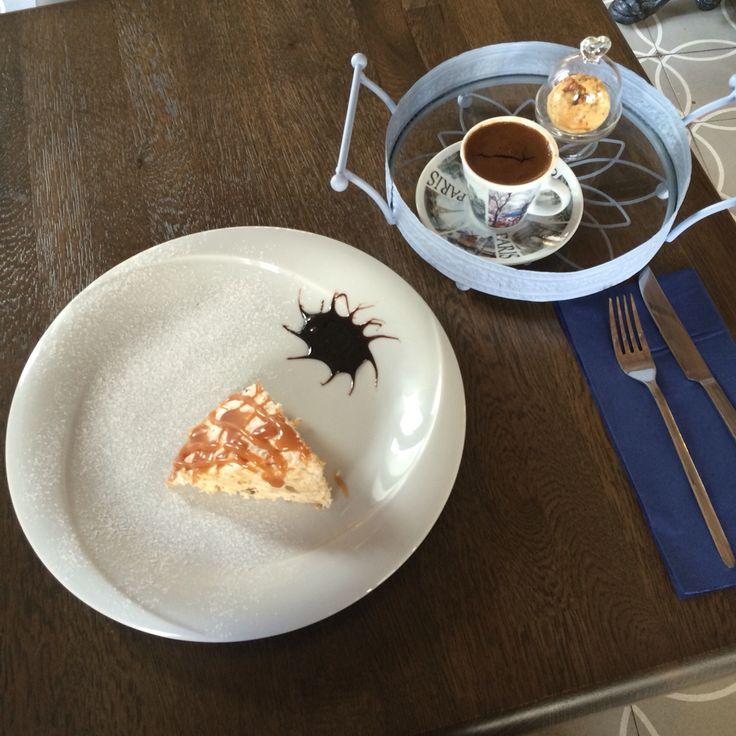Masum beyaz tatlısı ve kahve