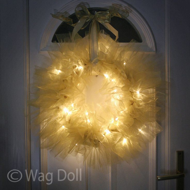 how to make a tulle Christmas wreath with fairy lights tutorial  I soooo want to try this!!!