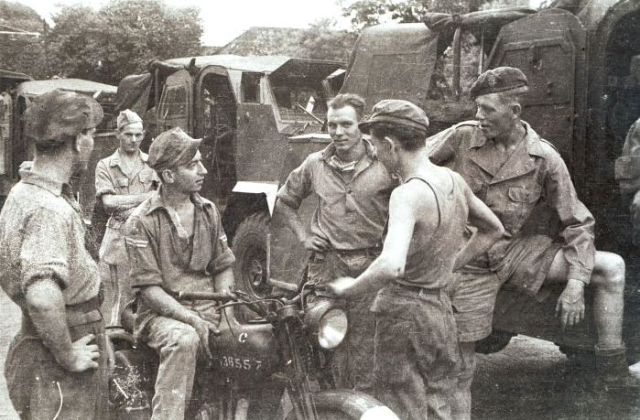 Militaire kolonne tijdens Eerste Politionele Actie, 1947