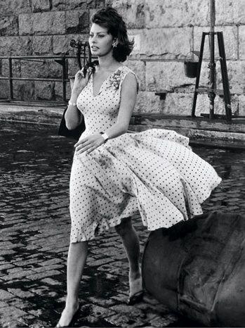 """Sofía Loren en """"Esa clase de mujer"""" (1959) (That Kind of Woman), vestida por Edith Head y con joyas de Joan Joseff."""
