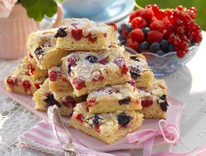 Perfekt kaka för många! Fyll den med valfria bär, skär i rutor och servera till kaffestunden eller som dessert med en klick vaniljvisp. Långpannekaka med sommarbär ca 30 bitar 300 g vit...