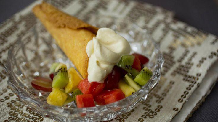 Krumkaker med romkrem og fruktsalat