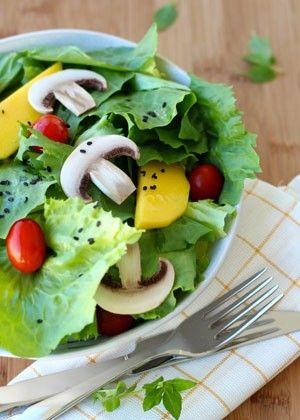 Salada verde com molho de abacate