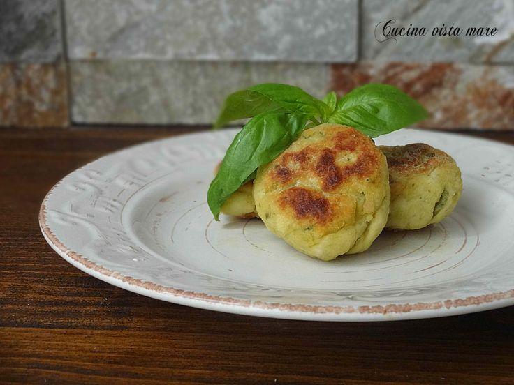 Le polpette di pollo e zucchine sono un secondo piatto semplice, gustoso e delicato. Un'idea sfiziosa per presentare in tavola il pollo in maniera diversa.