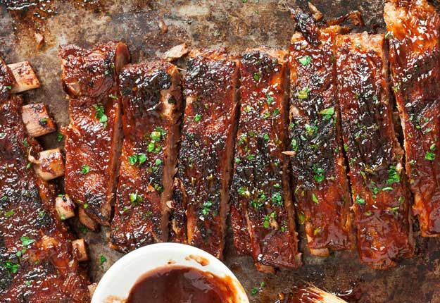 BBQ Sriracha Ribs | Delicious, So Tender and Perfectly Glazed Homemade Fall-Off-The-Bone Short Ribs Recipes | http://homemaderecipes.com/10-short-ribs-recipes/