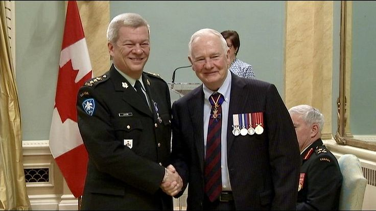 LUC LAVOIE - MILITAIRE DE RÉSERVE Peu de gens le savent mais Luc Lavoie est un haut gradé des militaires canadiens de réserve (22e Régiment) et il a déjà été honoré par le Gouverneur Genéral à cet égard... voir reportage TVA www.tvanouvelles.ca/2016/04/29/lhomme-de-communications-l...