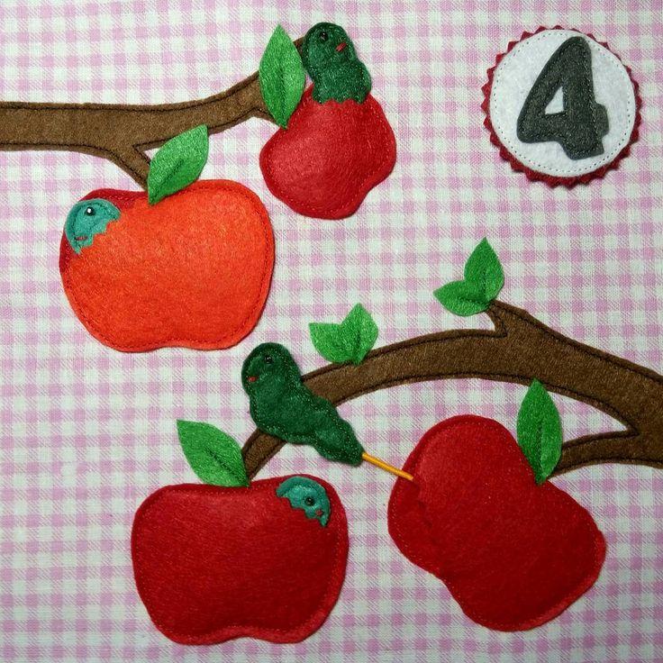 Четыре вкусных наливных яблочка... Но что это такое? Их уже кушают червячки. Эх. Вкусные, наверное, яблочки были. А червяки на резинках, их можно и доставать из яблочка и обратно засовывать ☺ #smartbabybook  #процесс_smartbabybook