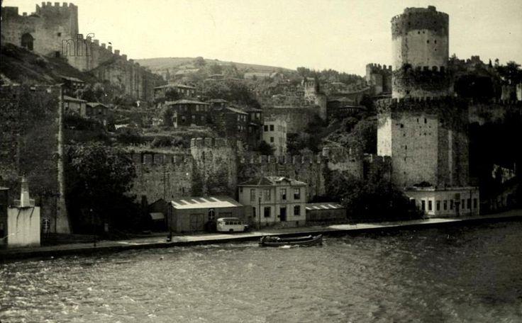 Burası 1940'lı yıllarda Rumeli Hisarı. Şimdi önünden yol geçiyor; ama o dolgu yol henüz yapılmamış. Kalenin içinde de evler var; henüz o evler de yıkılmamış: #ArşivDeşen