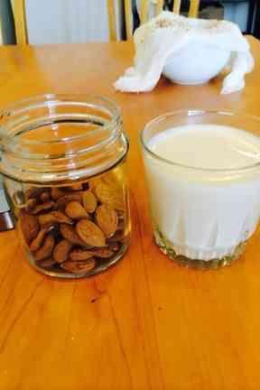 正しいアーモンドミルクの作り方の画像