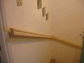 nieuwe trapleuning, weg met dat touw, een mooie houten leuning.