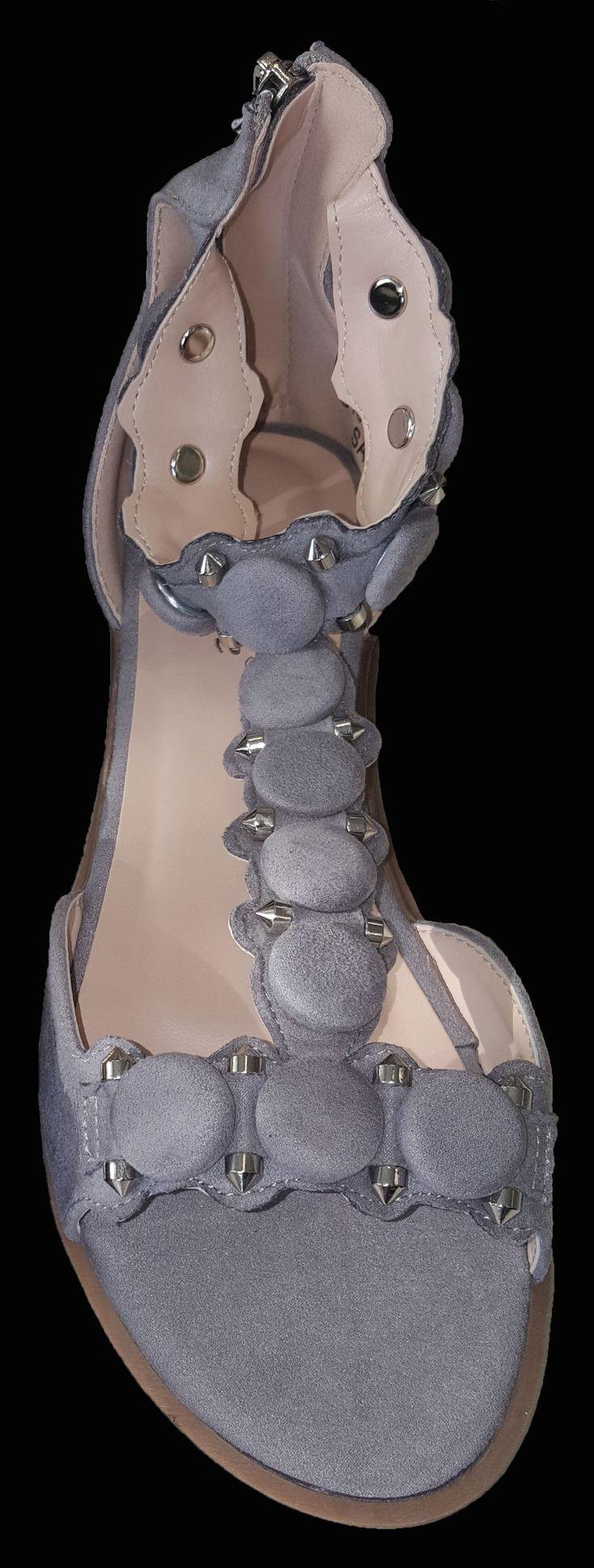 Geweldige grijze sandalen met mooie versiering over de voet en enkelbandje. Ook verkrijgbaar in zwart Perfect voor bij elk outfit!! € 29,95 Gratis verzending OP = OP