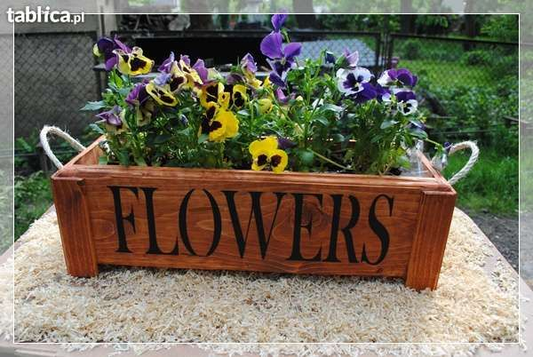 Doniczka , skrzynka drewniana na kwiaty.