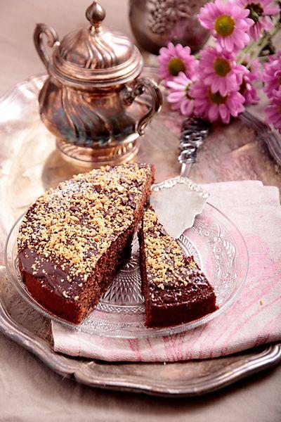 Чудесный шоколадный пирог, прекрасный со всех точек зрения: с богатым шоколадным вкусом, влажный и ароматный, с нежно-тягучими вкраплениями фиников и хруст