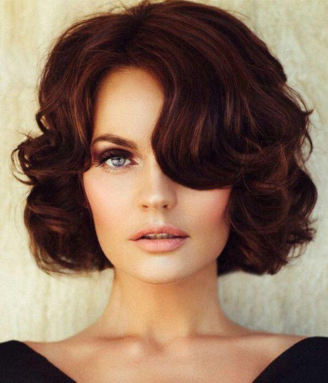 прически с челкой на среднюю длину волос фото