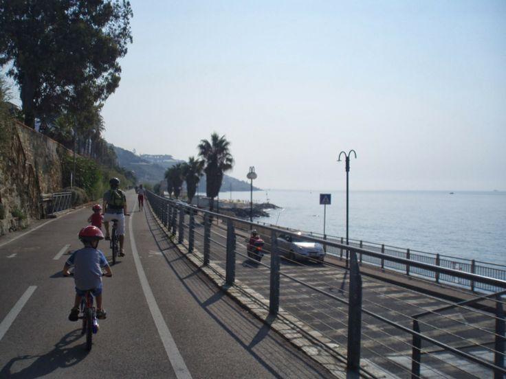 The bike path in the Riviera Ligure, from Sanremo to Arma di Taggia with children - Pista ciclabile della riviera ligure tra Sanremo e Arma di Taggia con i bambini.