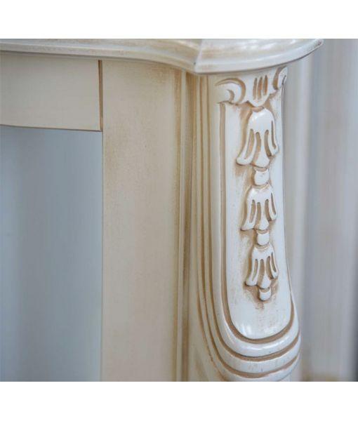 Dettaglio spalla della vetrinetta bassa bianca invecchiata