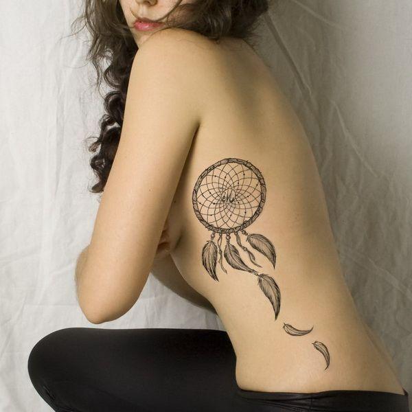Tattoo de filtro de sonhos preta e branca