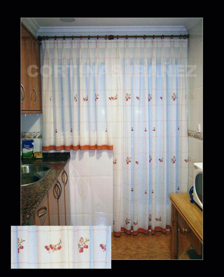 Visillos de cocina instalados en un conjunto de madera con for Visillos para cocina confeccionados