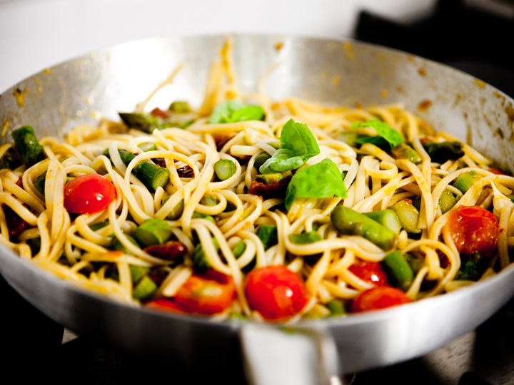 LINGUINE WITH ASPARAGUS AND SUN-DRIED TOMATOES