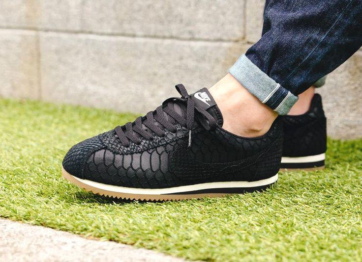 Découvrez une Nike Cortez Premium (homme) en cuir noir avec des écailles de serpent embossées. Un modèle de la collection automne 2016.