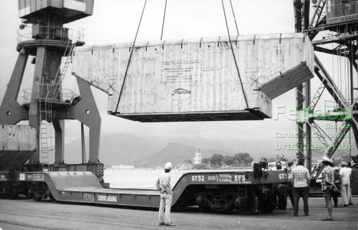 Vagão prancha rebaixado GT-52 no porto de Santos, recebendo equipamento de grande porte para a UHE de Ilha Solteira. Foto: Arquivo Fepasa