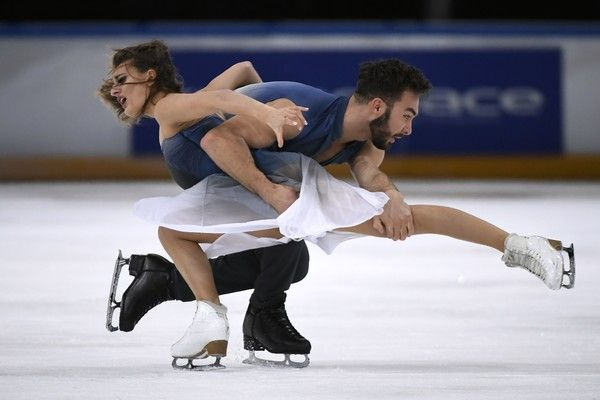 France's Gabriella Papadakis and Guillaume Cizeron perform during the Ice Dance Free Dance at the Trophee Eric Bompard ISU Grand Prix of Figure Skating in Paris on November 12, 2016. / AFP / LIONEL BONAVENTURE
