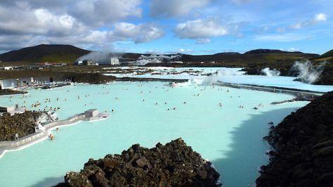 El lago Blue Lagoon (Islandia), es un inmenso balneario de aguas azul turquesa, situado en un campo de lava. En invierno y en verano puedes disfrutar de baños termales rodeado de un entorno prodigioso.