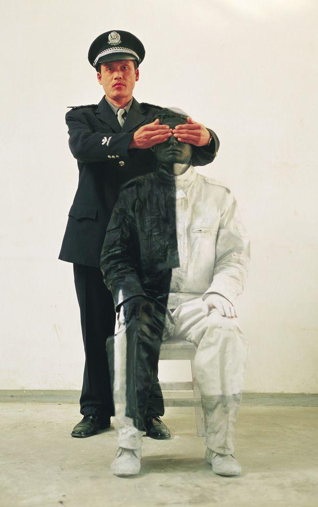 "Liu Bolin's Disappearing Act : ""Civilian and Poiceman"""