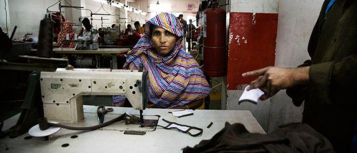Bijna een jaar geleden stortte het krakkemikkige bedrijvencomplex Rana Plaza in Bangladesh in. Vijf kledingfabrieken, die onze T-shirts en broeken produceren, waren daar gevestigd. 1.138 mensen kwamen om, 2.515 mensen raakten gewond. Ik sprak Shila, een 24-jarige overlevende, en vroeg haar of er sinds de ramp iets is veranderd in de Bengalese rampf