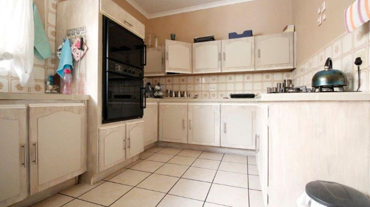 If you have a Family-We have the House!Beautiful, large home suitable for your family.HOME FEATURES.* 3 Bedrooms* 2 Bathrooms* Granny Flat* Tandem Garage* Pool* Alarm System* Electric parameter gate* 2 x Braai room* BarErf size: ±707 m²Rates